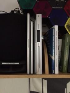 Bücherregal mit Laptops drin