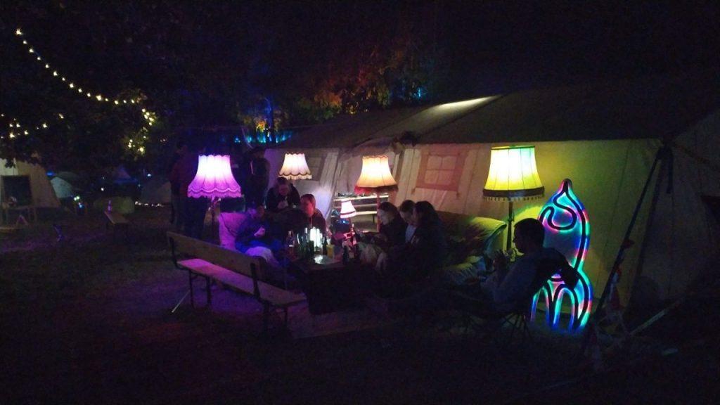 Couch vor Zelt, Outdoor-Wohnzimmer